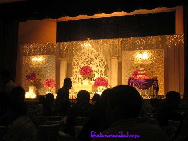 Bila pengantin tiba di atas pentas, bacaan doa dibaca sebelum mereka ...