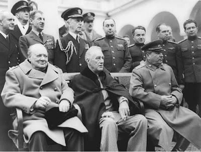 http://3.bp.blogspot.com/_3oAlWVQWAEc/SqGaRMNz3SI/AAAAAAAAEJg/U6TbEuSMuXk/s400/Conferencia+de+Yalta.+Churchill,+Roosevel+(ent%C3%A3o+muito+doente)+e+Stalin.bmp