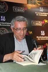 """Juan Manuel Romero, leyendo cuentos de """"El diablo por un agujero"""""""