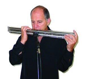 En mand der spiller på basmundharpe