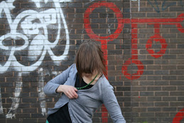 Sonja Jokiniemi - liike graffitin edessä