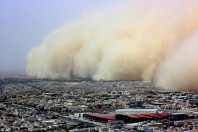 La tormenta de arena entrando en la ciudad de Riyadh, Arabia Saudita.