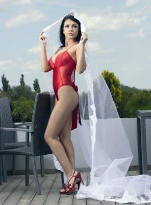Andreea Mantea se simte sexy in lenjerie rosie
