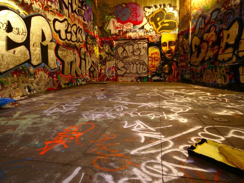 http://3.bp.blogspot.com/_41NpNTbemOM/TTV-nDUX7aI/AAAAAAAAABw/QD-AwTyxAYc/s1600/923_Creative_Wallpaper_Graffiti_015971_.jpg
