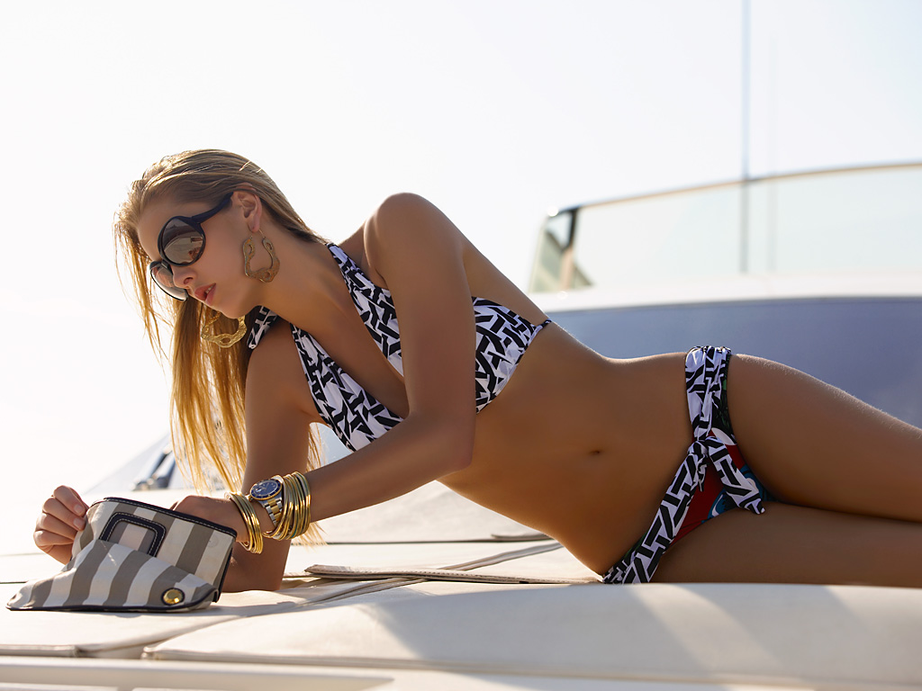 Gianne Albertoni sexy bikini photo