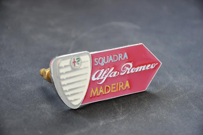 Emblema esmaltado da Squadra para colocação nas grelhas dos nossas Alfa Romeo clássicos
