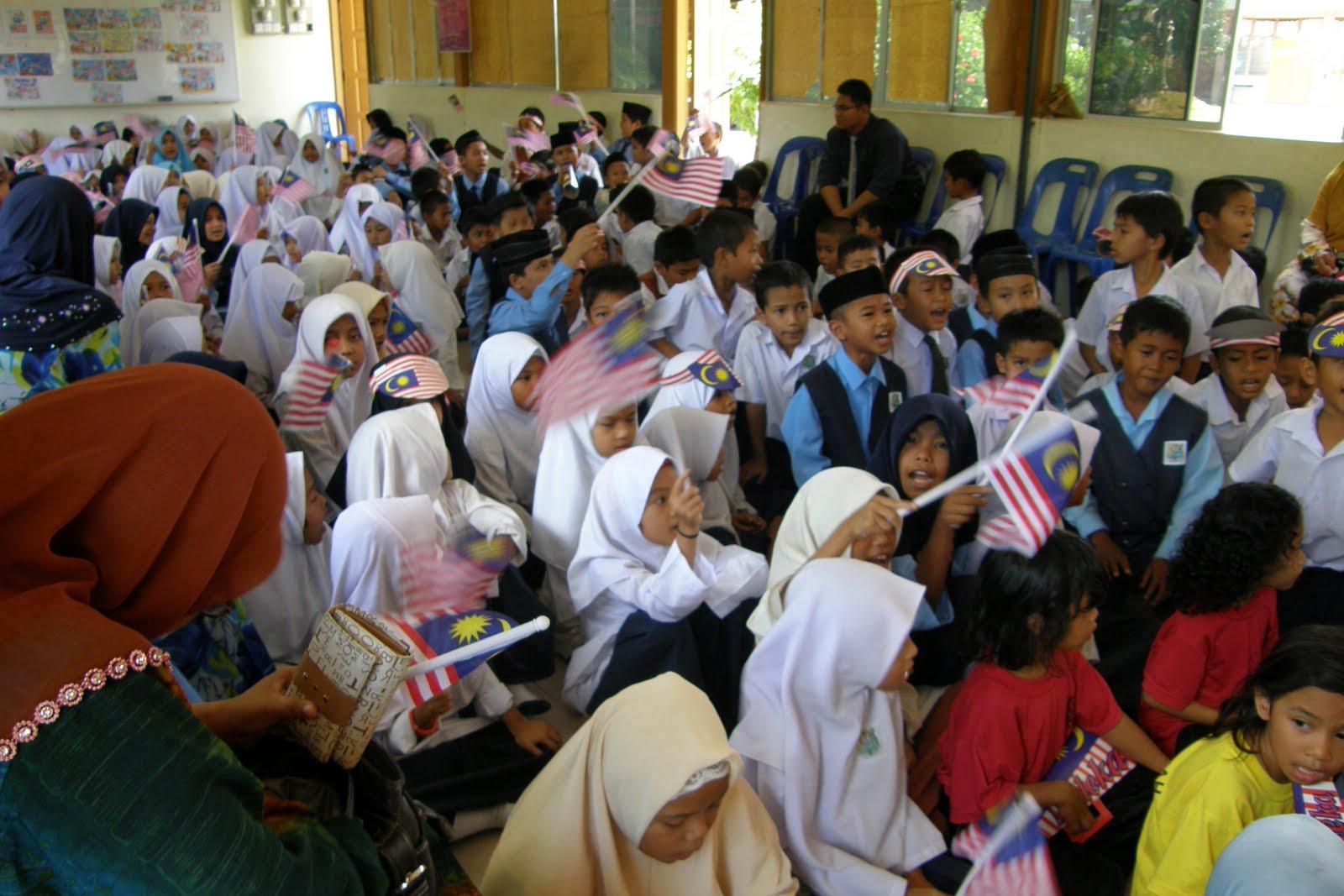 karangan sambutan hari kemerdekaan Kebaikan sambutan hari ulang tahun kemerdekaan ini adalah dapat memupuk semangat patriotik atau cinta akan negara dengan menyambut hari ulang tahun kemerdekaan.