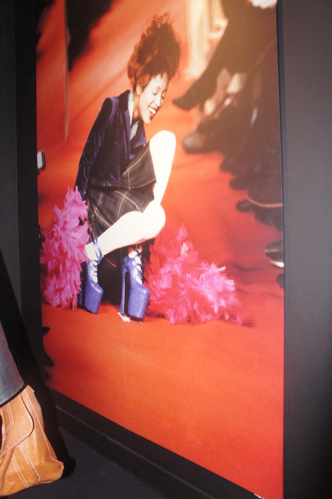 http://3.bp.blogspot.com/_4Bc8ECXYLUU/TJzIG6kMyDI/AAAAAAAAAn4/-qrGwOOpUxQ/s1600/Vivienne_westwood_exhibition_selfridges_jada_styles_naomi_campbell_fall.JPG