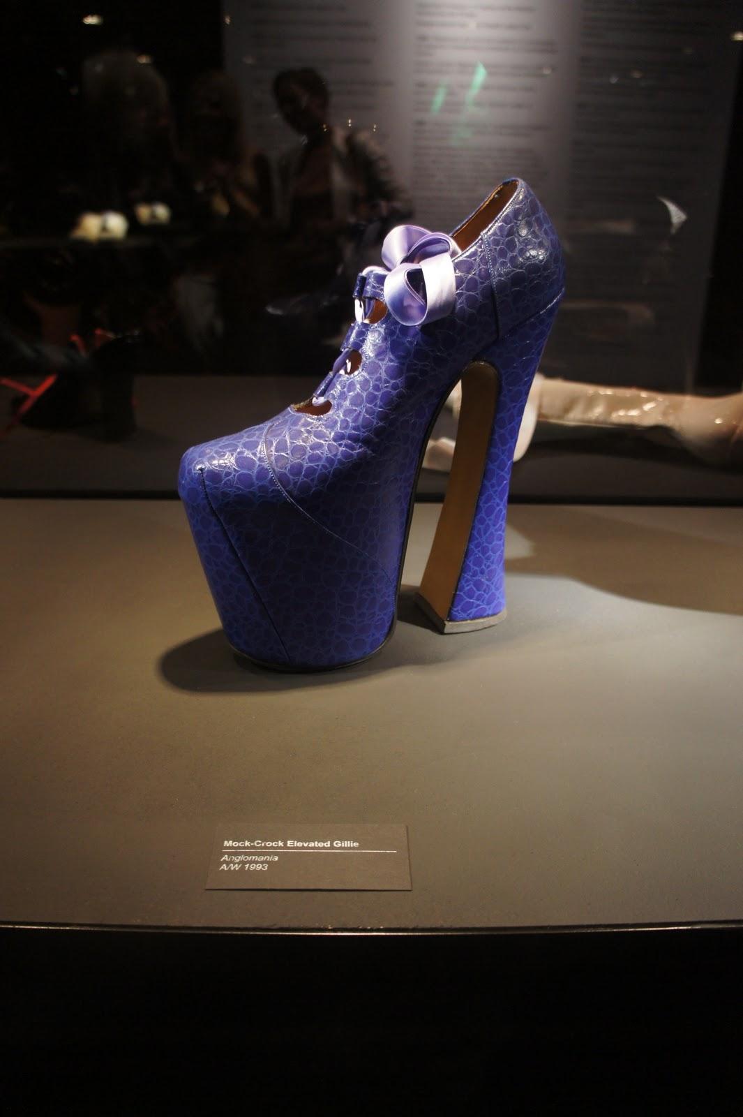 http://3.bp.blogspot.com/_4Bc8ECXYLUU/TJzIY50hN-I/AAAAAAAAAn8/1p1d4Q_N5Nw/s1600/Vivienne_westwood_exhibition_selfridges_jada_styles_naomi_campbell_fall_shoe.JPG