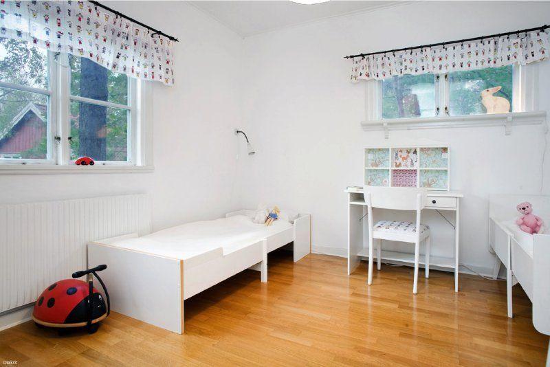 Fina Tapeter Till Sovrum : Smakfullt sovrum med parkettgolv, ljusa tapeter, fina tr?detaljer och