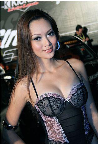 Foto Seksi dan Cantik SPG Mobil Di Malaysia