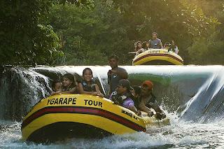 Descendo de bote pela cachoeira do Rio Formoso em Bonito MS