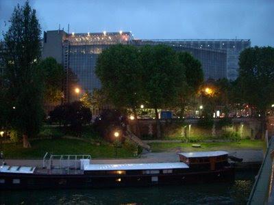 la terraza del Institut du monde Arabe con el restaurante Le zyriab iluminado