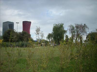 el parque de la Granvía con los edificios de la plaza Europa al fondo, foto de bloghospitalet