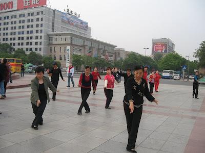 en China se suele practicar Tai Chi en los espacios públicos