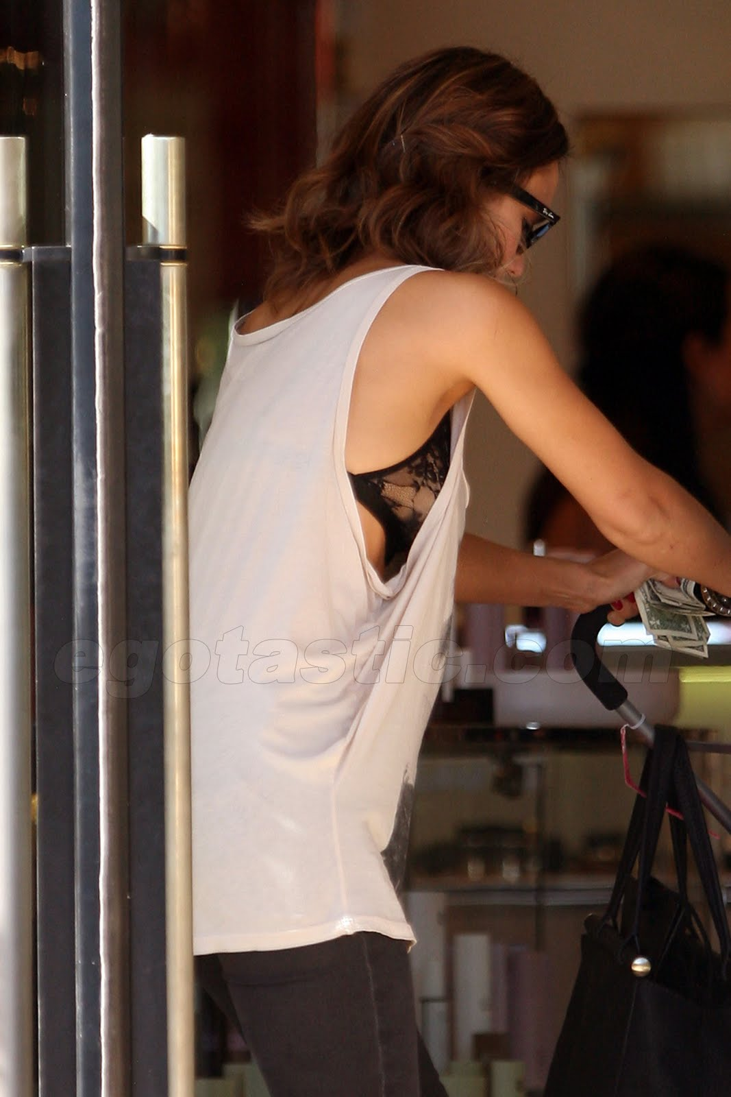 Can Jessica alba see through bra