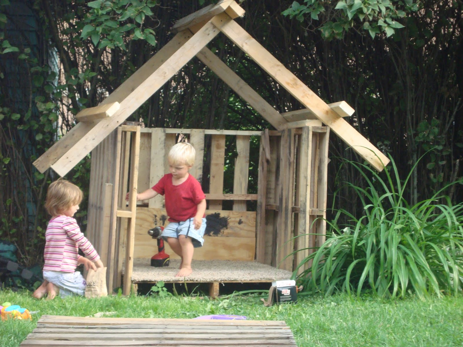 Frugalcountrymom pallet ideas for How to build a playhouse out of pallets