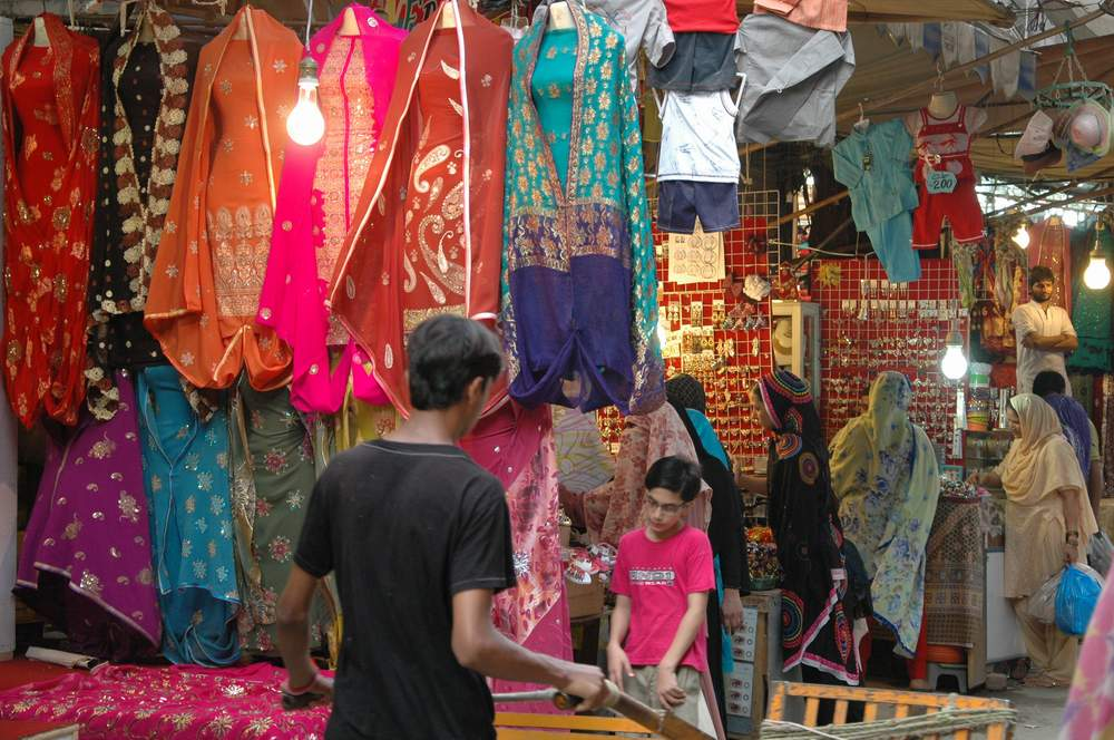 Colors of a kashmiri bazaar we blog the world for Bano bazar anarkali lahore
