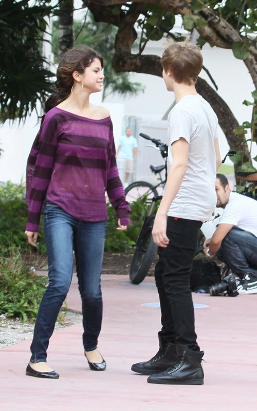 Justin Bieber and Selena Gomez were spotted taking a walk in Miami Beach,