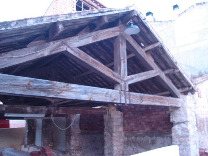 Alma de herrero estructura del tejado de un lavadero for Tejados de madera antiguos
