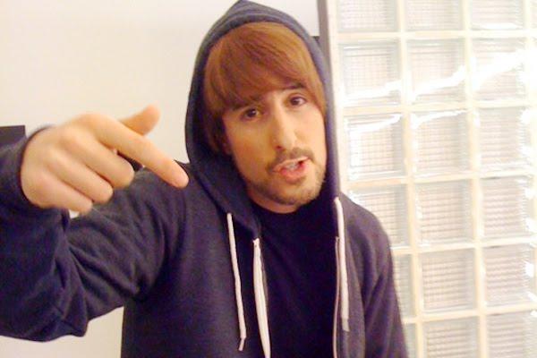 Marcos Mion se traveste de Justin Bieber e satiriza clipe de One Time