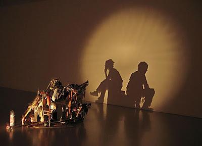 sentados Arte con las sombras de basura