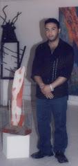 الخزاف مع احد اعماله في جمعية الاكاديمية الحديثة