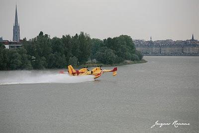 Canadair en train d'écoper sur la Garonne