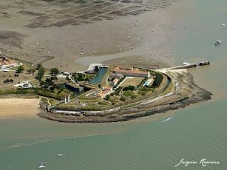 Vue aérienne de la forteresse au sud de l'île d'Aix