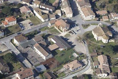Vue aérienne de l'école de Saint Morillon pendant la récréation avec les enfants jouant dans la cour