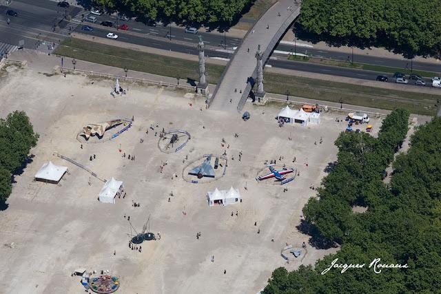 vue aérienne des avions, de l'hélicoptère du drone et de la fusée exposés sur la Place des Quinconces à Bordeaux