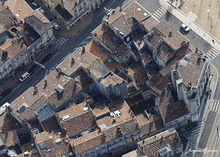 Vue aérienne des toits des immeubles en bordure de Place