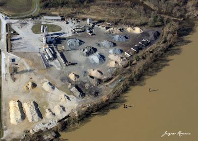 Vue aérienne d'une Gravière et d'une fabrique d'enrobés pour les routes située en bord de Garonne à Villenave d'Ornon