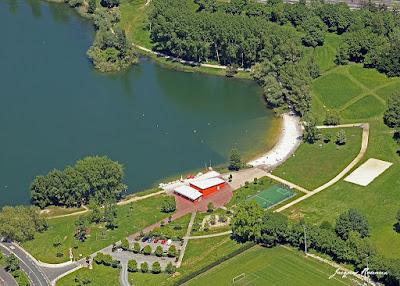 Vue aérienne d'un Lac avec plage de sable fin à proximité de Bordeaux