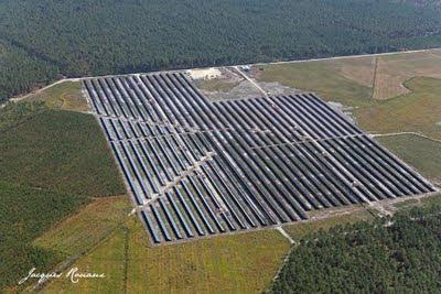 Photo aérienne de la centrale photovoltaïque sur la communauté de commune du Gabardan dans les landes.