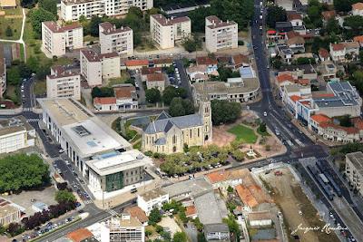 Vue aérienne du centre ville de Mérignac avec la Place de l'église, la Médiathèque, le cinéma et le terminus Tramway