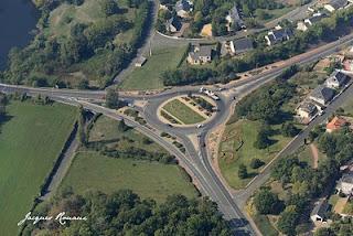 vue aérienne d'un carrefour giratoire sur la commune de Thouars