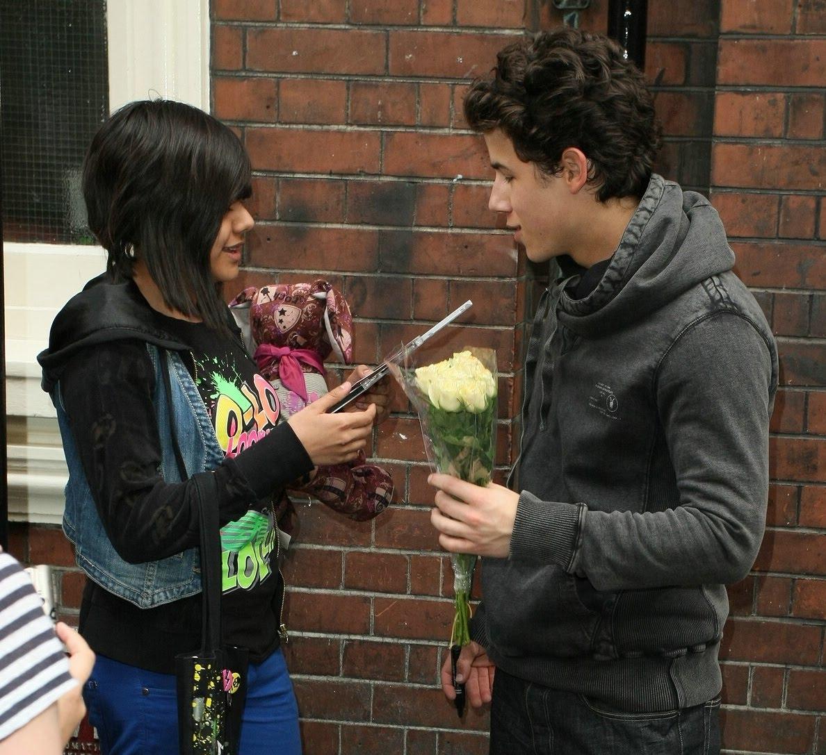 http://3.bp.blogspot.com/_4ipGhlEclT8/TBfINh5XdDI/AAAAAAAAObI/sZeFncwW30I/s1600/nick-jonas-flowers-fans-05-crop.jpg