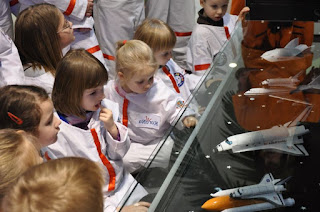 dzieciaki zafascynowane kosmiczna wystawa