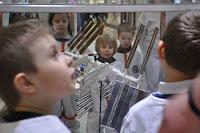 szesciolatkowie przed makieta ISS