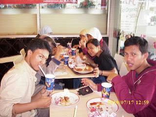 Keluarga Harmonis BEM FMIPA UNDIP Menjenguk Wapres dan Menteri Dagri Yang Lagi Sakit dan Makan di KFC Ultah Mbak Sufra