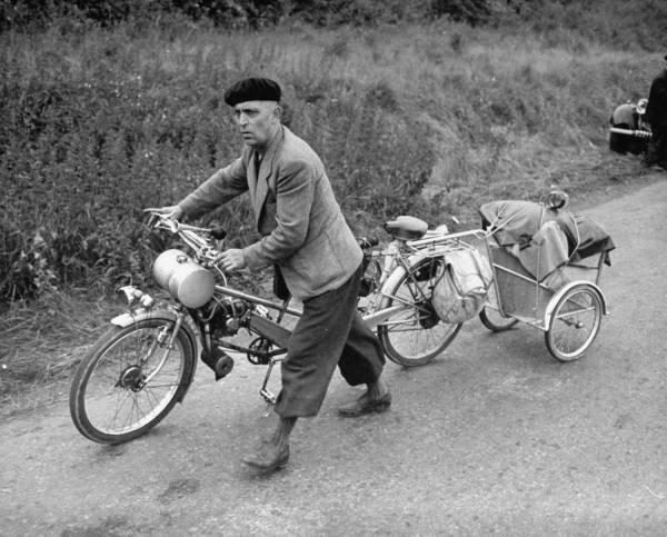 CAMBIO DE CASSETTE Bike+Man+pushing+a+petrol+bike