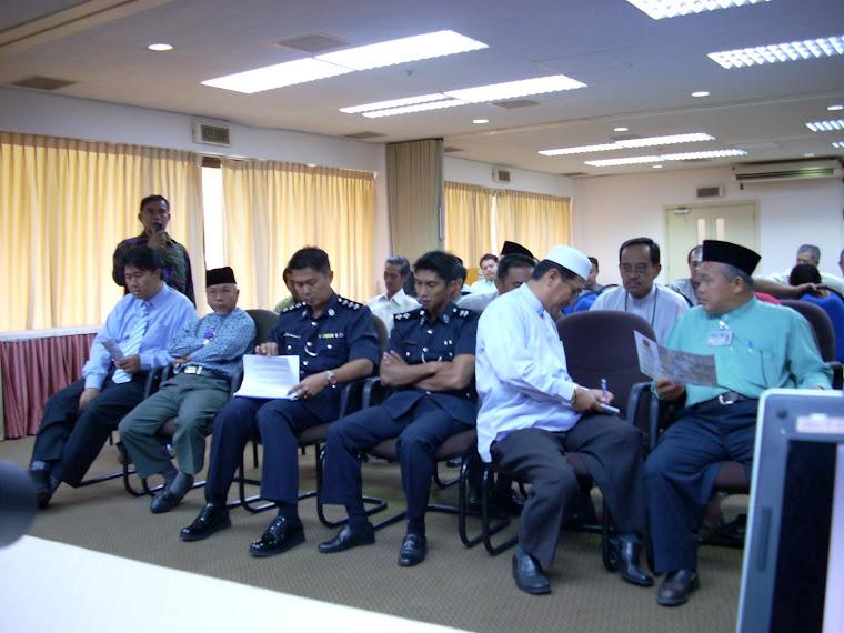 Penghulu Mengajukan Pertanyaan kepada pihak KOKAMI di Temburong, 23 Oktober, 2007