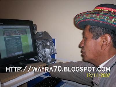 Sr. Moisés Quechua revisando la web Sarhua para el mundo.