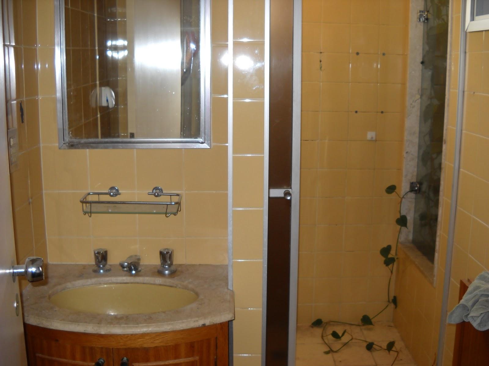 banheiro tinha o revestimento em azulejo 10x10cm antigos e box em  #68441F 1600x1200 Azulejo Banheiro Pequeno