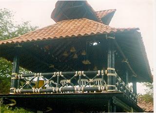 Kioscos coste os kiosco en teja con madera redonda for Fotos de kioscos de madera
