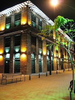 Edificio Carrè, de noche. Medellìn