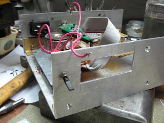 ...установлены печатные платы диапазонного генератора и частотомера, на...
