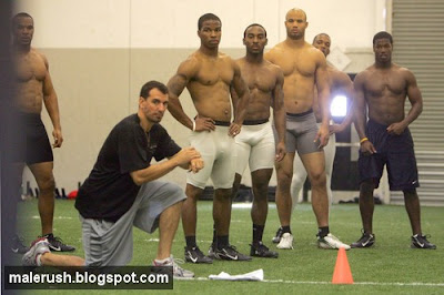 American Football Players Bulges http://maleathletes.blogspot.com/2009/01/american-football-2_8398.html