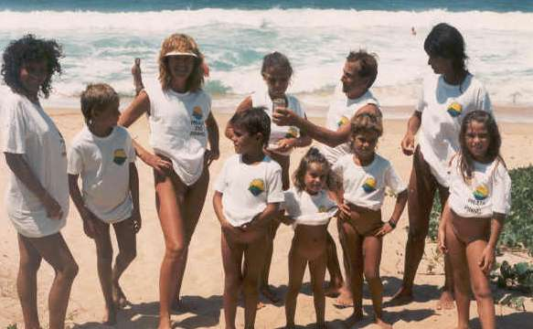 Grupo De Naturistas A Primeira Camiseta Da Praia